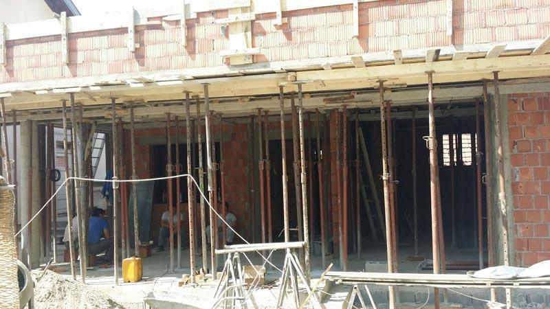 Строительство одноэтажного дома, площадью 94 м2 в стиле хай-тек, вид процесса строительства