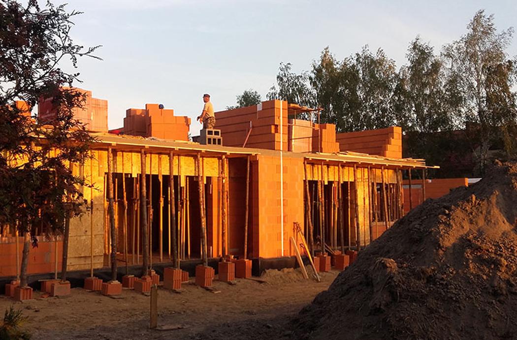 Строительство двухэтажного дома, площадью 250 м2, поднятие 2-го этажа