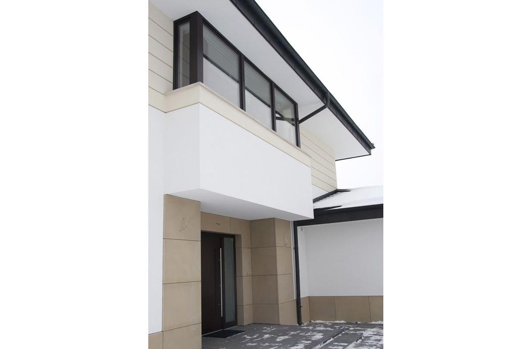Строительство одноэтажного дома, площадью 278 м2, входные двери и окно мансардного этажа