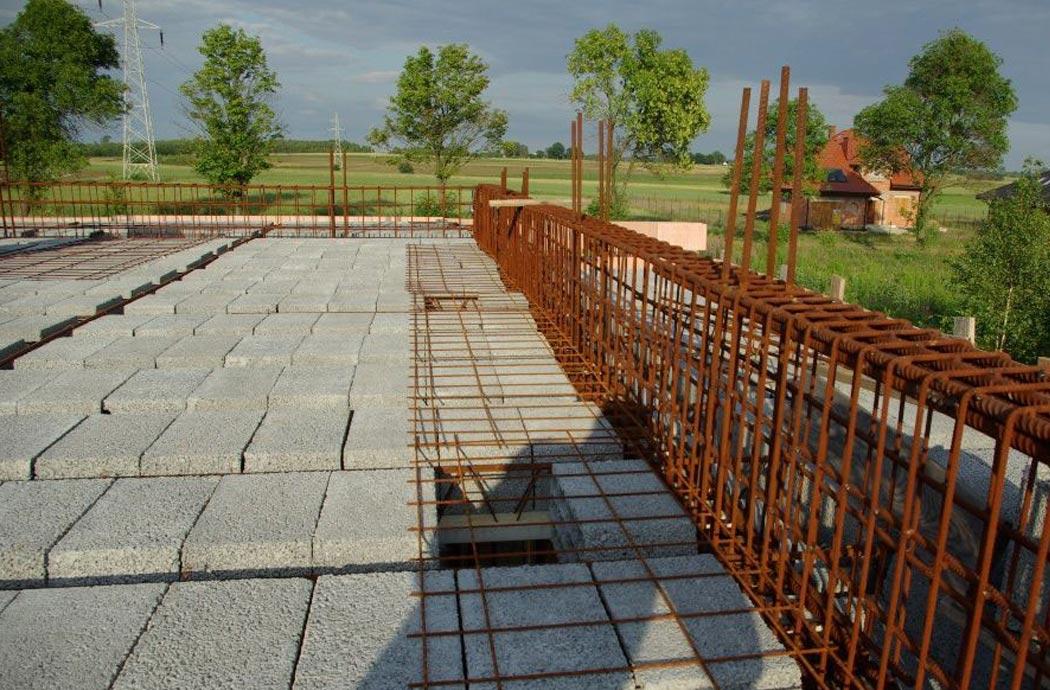 Строительство одноэтажного дома, площадью 278 м2, укрепление бетонными блоками перекрытия