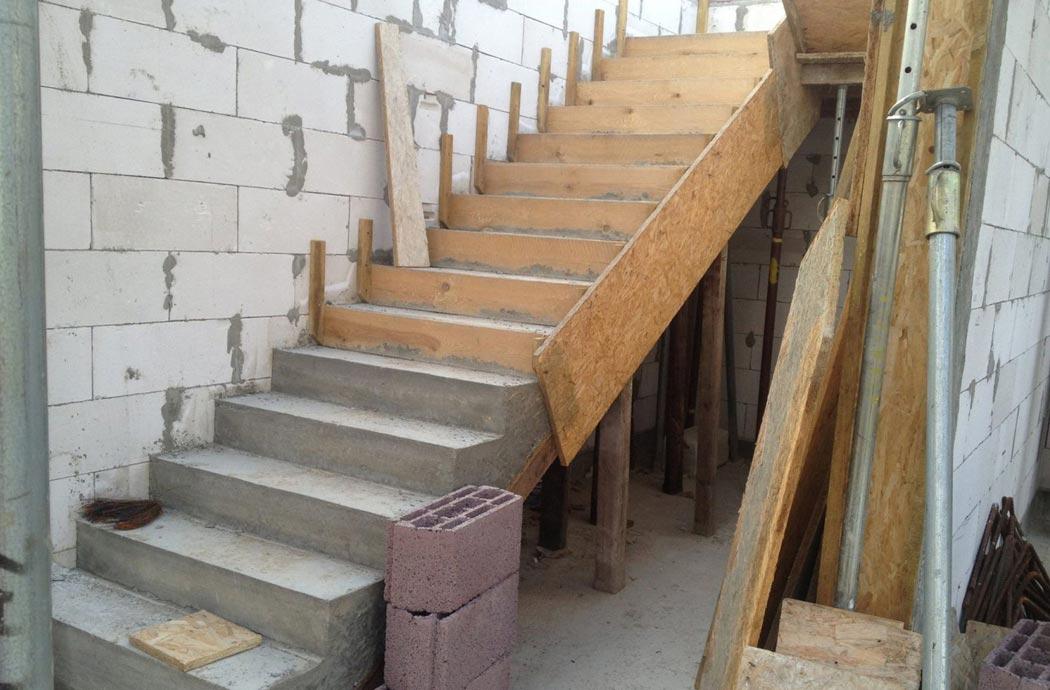 Строительство одноэтажного дома, площадью 278 м2, этап строительства ступенек на 2 этаж